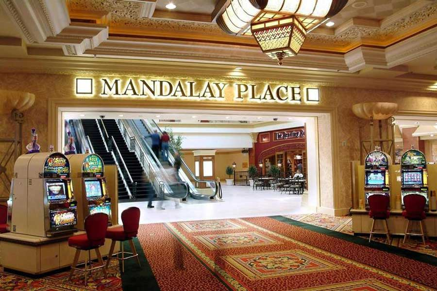 Foyer Luxury Zoo : Mandalay bay resort casino las vegas